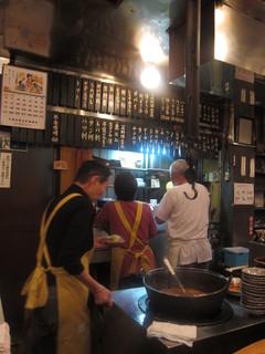新潟屋 - 店内の様子。模した囲炉裏に自在鉤が伸びていた(笑)