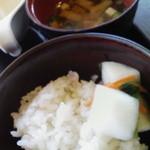 Forukusu - 白ご飯とお味噌汁、カブのお漬物も完備です