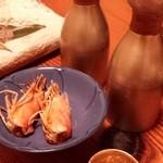 竹の第 - 刺し盛の車エビの頭をカラリと揚げて、塩ふって。お酒の徳利と猪口は錫製!