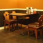 こむらさき - 奥にテーブル席4つ