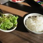 かるび家 - ランチセットのサラダ、ご飯(お変わり可能)