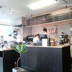 ブリスマーカーズカフェ - 黒い床に黒いカウンターのしゃれた店内。