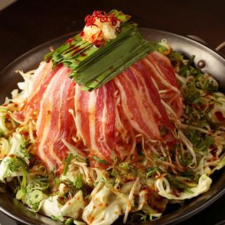 【三本屋名物!】ホルモン・野菜たっぷりドーム焼!