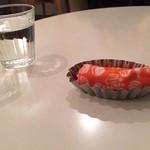 珈琲 紙 - おしぼりと水