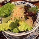 ロータス オブ ハノイ - パパイヤとグレープフルーツのサラダ。