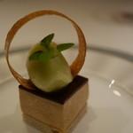 レザン ドール - デザート。アーモンド風味のプラニネ、そして青りんごのジェラード。