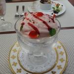 ビストロ ダイア - エスプーマもアイスクリームもポルト酒のコンポートも「オール苺」
