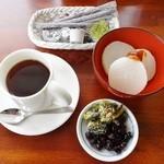 23637037 - 「ホットコーヒー&サービス品」¥300です(2014/1/15UP)