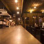 居酒屋なっきょい - 奥行きのあるカウンターは結構広々で人気です。