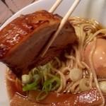 人類みな麺類 - 何が凄いって異様なまでに大きなバラ肉チャーシュー!