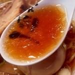 人類みな麺類 - かなり強い醤油の塩分と柔らかなカツオ出汁の旨みが広がった後に、凄い甘味が追いかけてきます。
