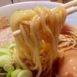 人類みな麺類 - かなりの弾力を感じるストレート中太麺。