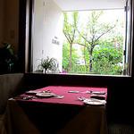 ビストロカワノ - 春になると窓の外は桜並木できれいです