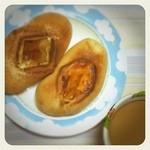 ハニーズベーグル - 朝ベーグル!アップルシナモン(左)とチェダーチキン(右)。モチモチ美味ぁ!!