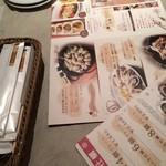 ガンボ&オイスターバー - テーブルのセット