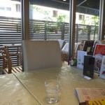 カフェ・ド・オーク - 外にはテラス席