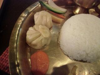 ラクシュミー - 左上が日本の漬物、下は「モモ」とトマトのチャトニ