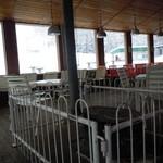 水晶山スキー場レストラン - 薪ストーブが2基あって暖かい