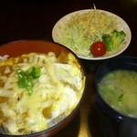 まねき - チーズカツ丼(700円)サラダ別途100円