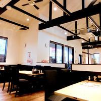 もちもち小麦のスイーツ&カフェ 魔法庵 - 天井の高いゆったり空間