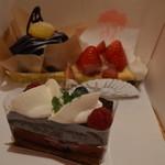 手作りケーキの店 エーデルマン - 料理写真:紫芋モンブラン、苺のタルト、カシスとベリーのショコラケーキ