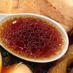 金久右衛門 道頓堀店 - 力強さもを持ちながら、それほど人を選ぶ味でもなく、                             食べログ大阪ラーメン部門3年連続第一位ということに納得できる                             上手にまとめられたコク醤油ラーメンだと思います。