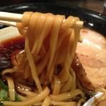 金久右衛門 道頓堀店 - 太めで厚めの平打ち麺。                             コシがあって、スープのコクにぴったり合ってました。