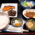 おいしい台所12カ月 - 〔日替ランチ〕 紅鮭、ひじき、白身フライ、ポテトサラダの定食(¥800)