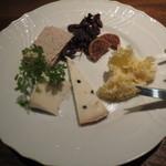 23670090 - 秋のチーズ三種盛り合わせ 1600円