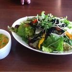 23672475 - セットのスープとサラダ