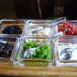 23677141 - たくさんの薬味♪ 昆布の佃煮、らっきょう、福神漬、レーズン、何かの漬物を細かくしたもの、粉チーズ