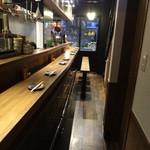 串揚げ&泡 東京大井町 串あん - 立ち飲みエリアは椅子がある場所もあります