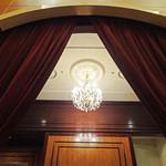 第一ホテル東京 ロビーラウンジ - ドレープの奥にシャンデリア
