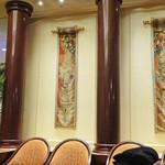 第一ホテル東京 ロビーラウンジ - 壁に掛かるタピストリー