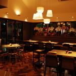 小江戸黒豚鉄板懐石オオノ - 吹き抜けになっているテーブル席は、開放的な空間で、お友達と楽しくお食事!!