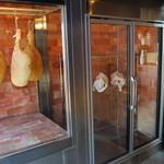 小江戸黒豚鉄板懐石オオノ - 玄関わきには自家製生ハムと小江戸黒豚のセラーが皆様をお出迎え。