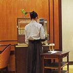 第一ホテル東京 ロビーラウンジ - エレガントなユニフォーム