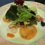 ボンヌマン - 前菜:スモークサーモンと真鯛のカルパッチョ、貝のマリネ