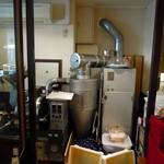 ヴィーナー ローゼ - お店にはいってすぐに大きめの焙煎機があります。