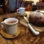 かたつむり - ココアとコーヒー レーズンとクルミのカンパーニュ