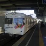 信州生そば - 元井の頭線の電車も現役バリバリです。松本電鉄上高地線発着の7番線ホームの先にお店はあります