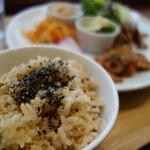 POINT - ランチのご飯は玄米です