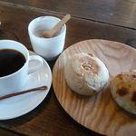 手づくりや - 有機栽培コーヒー(\400)、フォカッチャ(\200)とピーナッツパン(\200)