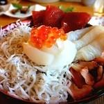 海花 - 五色丼。漁師がやる店だから新鮮で安い!