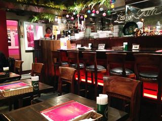 タイの食卓 オールドタイランド 新橋店 - 厨房前のカウンター席とテーブル席があります。 奥にはこじんまりとした個室もあります。