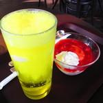 神椿 - クリームソーダ、いちごのサンデー