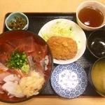23711537 - 定食A、鮮丼と牛肉コロッケ、800円。