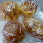 ミルクパレット - 買ってきたメロンパン、焼きカレーパン、粒あんパン、レーズンパン