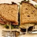mugi - サンドイッチ(左サラミ、右スモークサーモンとチーズ)を半分ずつ