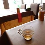 23717341 - 烏龍茶が出されます。